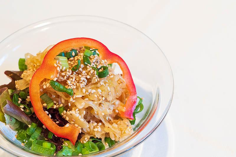Salat mit Fruehlingszwiebeln